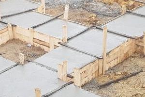 Świeżo wylana wylewka betonowa