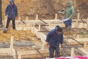 Robotnicy sprawdzający wylewkę